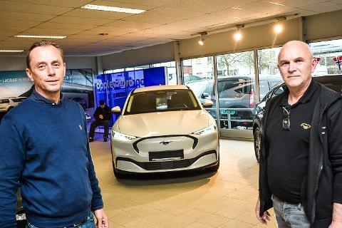 FRA BENSIN TIL STRØM: Bilselgerne Stian Wium (til v.) og Olav Fekjan hos Wold & Borgersen har stor tro på at «strømutgaven» av Ford Mustang kommer til å føre Ford opp i tet i el-bilheatet.