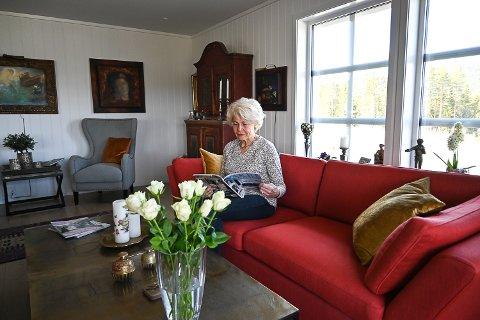 NYTT OG GAMMELT: Lena hadde med en del kunst og bondemøbler på flyttelasset. Disse har fått plass i huset side om side med moderne møbler.