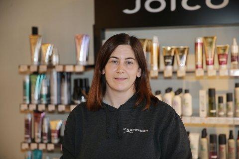 FRISØR: Kristine Nærland Evensen er frisør med salong i Strandgata i Åmot og bosatt på Haugfoss.