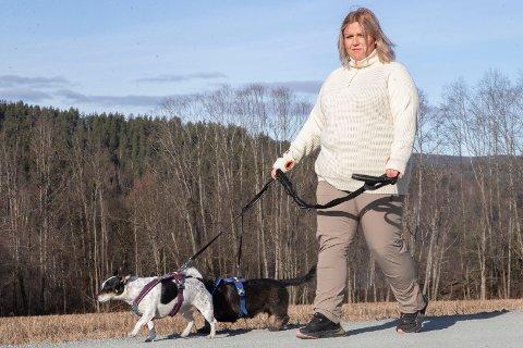 15 KJAPPE: Julia Scott Moen driver Skotselv Hundepark. Her er ute på luftetur med Jack Russel-terrieren Milo og dachsen Dennis.