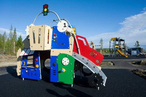 GJENÅPNING: Lekeapparatene på Skredsvikmoen og de øvrige kommunale barnehagene i Modum har stått urørt på kveld og helg i flere måneder. Nå gjenåpnes det for lek og moro.