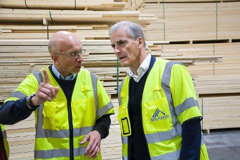 VIKTIG: Splitkon er en viktig bedrift i Arbeiderpartiets satsing på Buskerud de neste fire årene. Her er statsministerkandidat Jonas Gahr Støre i dialog med daglig leder Morten Leander Johansen for to år siden.