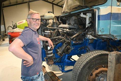 OMFATTENDE RESTAURERING: Rune Bergan har så langt lagt ned 1.000 timer på å vekke til live sin kjærlighet til en gammel Scandia snutebil. Målet er  å dra på biltreff med veteranlastebilen neste sommer.