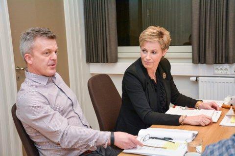 KREVENDE: Kommunedirektør Jostein Harm og ordfører Tine Norman i Sigdal får en krevende høst når kommunen skal starte arbeidet med å redusere de årlige driftskostnadene med 20 millioner kroner.