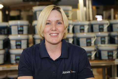 15 KJAPPE: Stine Marie Juelsen er butikkmedarbeider på Jernia Modum Bygg i Vikersund.