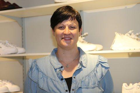 15 KJAPPE: Kristine Mortensen er butikkleder på Kronasko i i Vikersund.