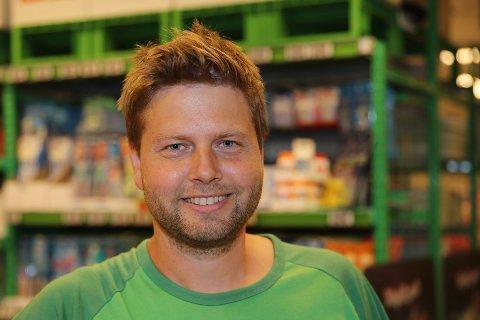 15 KJAPPE: Lennart Lindberg er butikksjef på Kiwi i Vikersund.