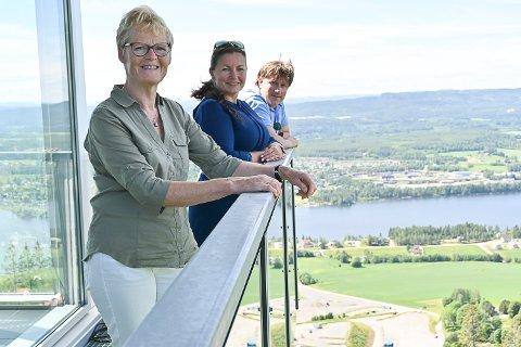 GLEDER SEG: Ordfører Sunni G. Aamodt, sentrumsutvikler Anne Kat. Håskjold og næringsutvikler Martin Kaggestad  ser fram til at man igjen kan møtes fysisk på høstens Modumkonferanse 23. september.