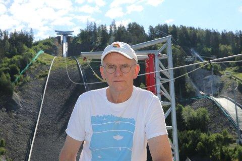 GLEDER SEG: Roar Borgan (63) fra Åmot ser fram til å sette utfor ziplinen i Vikersundbakken.