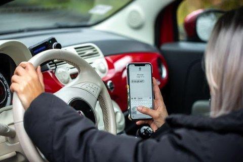 ADVARER MOT DETTE: 877 personer ble bøtelagt for mobilbruk i distriktet – noe som er 877 personer for mange. Det er ingen tvil om at oppmerksomheten vår svekkes ved å bruke mobilen, sier kommunikasjons- og samfunnskontakt i Ung i Trafikken, Henrik Pettersen Sunde.