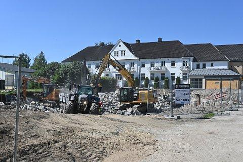 BYGGER: Arbeidet med å klargjøre for ny fløy med pasientrom, kontorer og treningslokaler på Vikersund Bad er i gang.