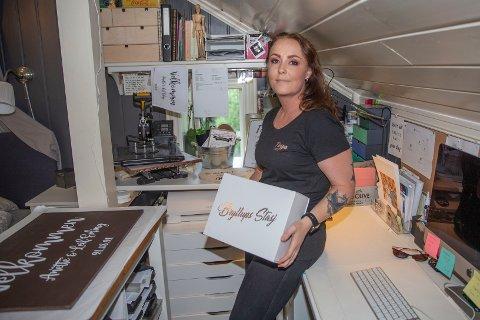 HJEMMEKONTOR: Lill Cathrin Moen Engedahl produserer bryllupstæsj og annen design på hjemmekontoret i Skotselv.