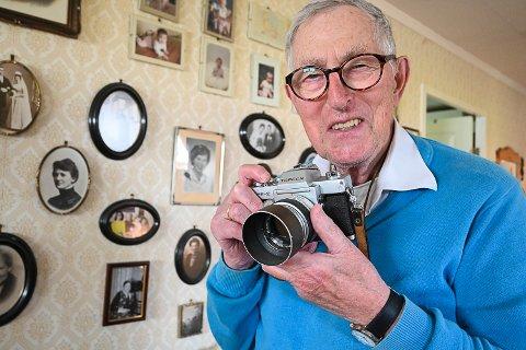 ET RIKT FOTOLIV: Tor Kornstad har tatt bilder i Sigdal i 54 år. Særlig har han et rikholdig arkiv med bilder fra ungdomsskolen.