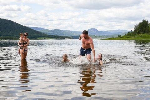 MINST 22 GRADER: I sommervarmen meldes det om svært gode badetemperaturer Soneren. Det bekrefter Petter Hasund, som kommer opp fra vannet etter å ha tatt seg en dukkert sammen med kona Grete (f.v.) og barna Tobias, Emmeline og Tale.