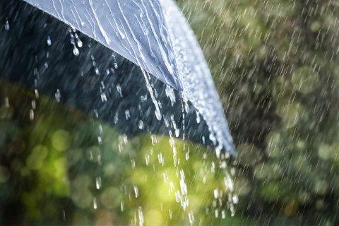 VÅTT: Det er bare å finne fram paraplyen og belage seg på dårlig være de neste dagene.
