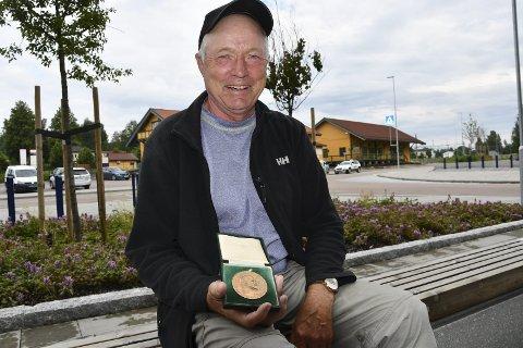 GODT BEVART: Lars Magne Nilsen fra Åmot har tatt godt vare på heltemedaljen han fikk for nesten 47 år siden.