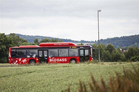 BUSS: I dag kan bussene kjøres på biogass, men er det andre måter å komme seg fra a til å i framtiden? Det lurer i så fall Olav Skinnes og Viken fylkeskommune på.