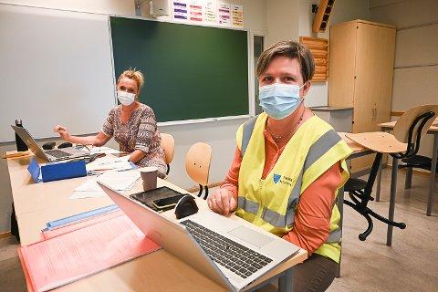 FERIETID: Eva-Kristine Hansen og Tone Christine Skustad må kontakte mange flere moinger for å få fylt opp timene for vaksinering.