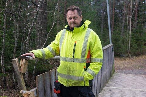 ET ØKENDE PROBLEM I VIKERSUND: Snorre Sønju, formann i parkvesenet i Modum,  har den siste tiden opplevd flere tilfeller av hærverk. I fjor var det på Øya i Vikersund.