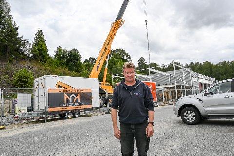 GJENOPPBYGING: – Nå er vi endelig i gang  med gjenoppbyggingen, og det nye kontorbygget skal stå ferdig om et par måneder, sier Bjørn Bråten, daglig leder hos Bråtens Bilco..
