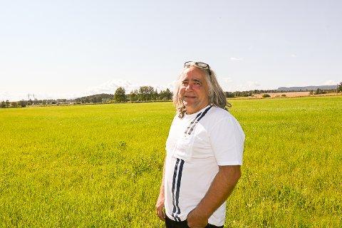 GRØNN ENERGI: Ove Helgesen skal fylle hele dette jordet med solcellepaneler, bare han får godkjennelse fra kommunen. – Målet er å være i drift i mars neste år, sier han.