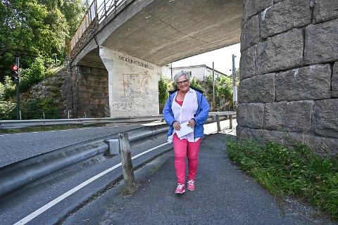 GLAD FOR AT NOE SKJER: Trine Bjørnstad er svært glad for at det nå begynner å skje noe med Modumristningene i Korketrekkeren. Velforeningen har jobbet med saken i over ti år.
