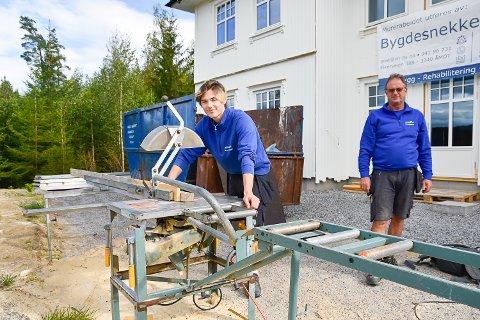 I FULL GANG: Stig Borgersen er i full gang i jobben som lærling i Bygdesnekker'n. I bakgrunnen står prosjektleder Kjell Arne Indresæther og passert på at alt går riktig for seg.