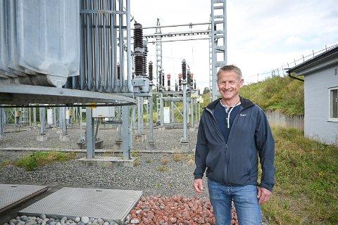 BLIR PENSJONIST: I løpet av neste år blir Geir Stang pensjonist. Nå har Midtkraft begynt å søke etter arvtageren, som blant annet får ansvaret for denne trafostasjonen ved Vikersund.