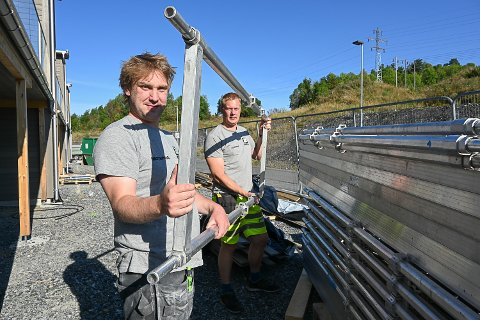 LENGTET TILBAKE: Både Robert Skjellhaugen (t.v.) og Kenneth Sandvold har vendt tilbake til tømrer-/snekkeryrket etter å ha prøvd seg i andre bransjer en periode. I august begynte de som tømrere hos 3T Bygg.