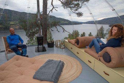 VERTSKAP: Per Gulbrand «PG» Ringnes (t.v.) og Stina Rundhaugen er vertskap for de to Hvilepust-igloene med utsikt over Krøderfjorden og store deler av Norefjell.