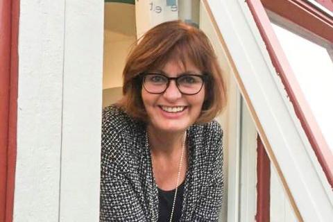 RISIKOVURDERING: Personalsjef Erla Sverdrup i Modum kommune forteller at de som en del av risikovurderingen har stilt alle ansatte spørsmål om de er vaksinert mot koronaviruset eller ikke.