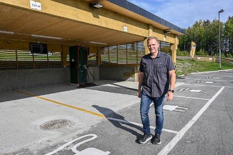 SATSER: – I løpet av 2022 skal alle våre taxier være el-drevne. Jeg skulle gjerne ha vist dem fram i dag, men de tre første ankommer først i slutten av måneden, sier Ole Kristian Navrud.