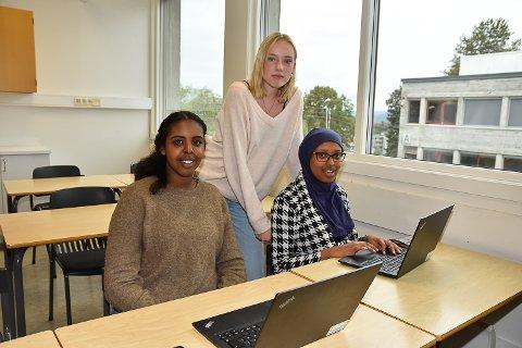 LEI:  Aswan Askar. Adriane Marie Klægstad og Sara Sidi er lei av alt trøbbelet med å komme seg på nett.