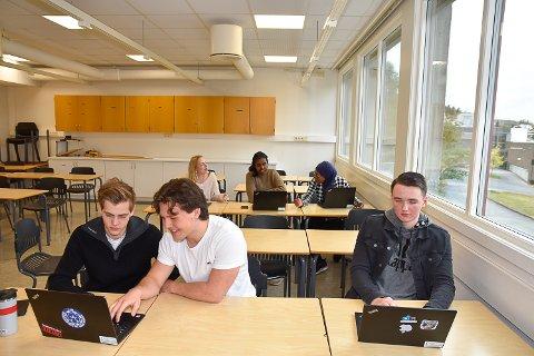 HÅPLØST: Alt skolearbeidet er basert på nettilgang på Buskerud videregående skole i Åmot. Dermed blir det vanskelig for elevene når det stadig faller ut. Nå lover fylkesråden at en løsning er på vei.