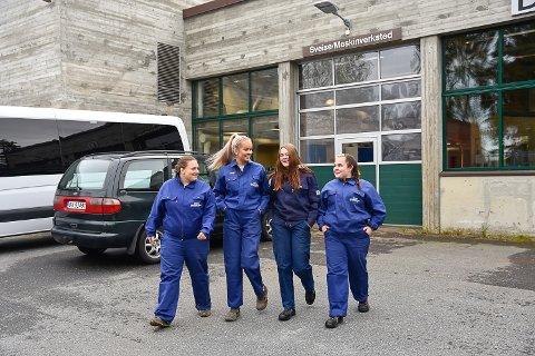 SAMMENSVEISET: Marte Rødø Skinstad, Emilie Hovde Stillerud, Celine Eng og Elise Malstenbråten har etter få skoledager allerede blitt en sammensveiset gjeng.