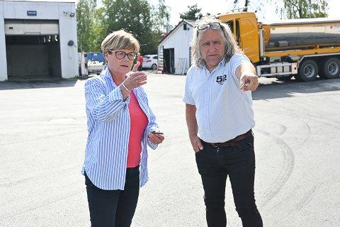 TAR DET VIDERE: Kristin Ørmen Johnsen (H) tok turen til Vikersund for å få en orientering om solcelleparken fra Ove Helgesen. Hun lovte å kontakte Olje- og energidepartementet for å få avklaring om Helgesen trenger konsesjon til driften.
