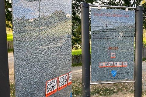 KNUST: Informasjonsskiltet i treningsparken i Åmot er knust. Det skjedde like etter at parken ble åpnet med pomp og prakt sist lørdag.