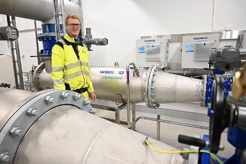 UV-HUSET: Øystein Silseth er en av dem som følger med på at det kommunale drikkevannet i Modum er i orden. Her inspiserer han UV-huset. Inne i de store sylindrene blir alle bakterier i vannet drept.