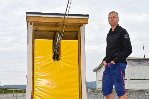 FIKK SEG EN TRØKK: Rolf-Anders Mørch gikk rett i den gule puta da han prøvde ziplinen i Vikersundbakken. Vakta hadde glemt å sette på bremsen.