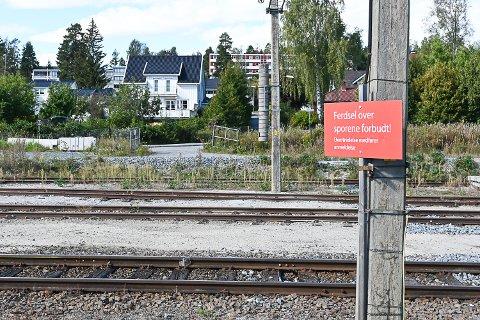 FARLIG KRYSSING: Angivelig skal det være en del som tar snarveien over skinnegangen her ved Vikersund stasjon. Onsdag sto porten på motsatt side åpen.