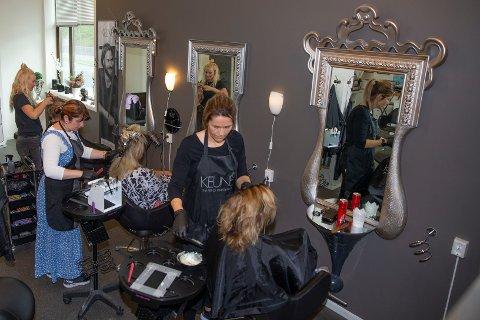 SAMSPILT TRIO: Renata Wös (t.v.), Adriana Takacova og Siv-Inger Bjøre Plassen utgjør trekløveret i frisørsalongen Studio Norefjell på Noresund.