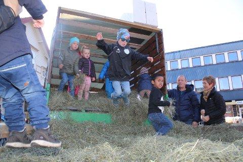 HØYAKTUELT 1: Lørdag er det igjen høstmarken på Torget i Egersund. Kanskje blir det anledning til å hoppe i høyet. Arkivfoto.