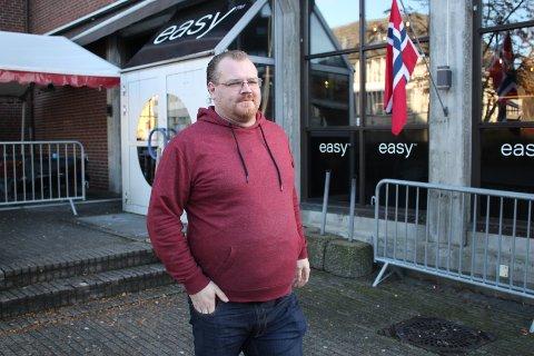 UROLEG FOR GJESTENE: Arild Sleveland meiner gatelysa i Egersund bør skina til klokka fire i helgene. Då kan folk som har vore på byen, koma seg trygt heim.