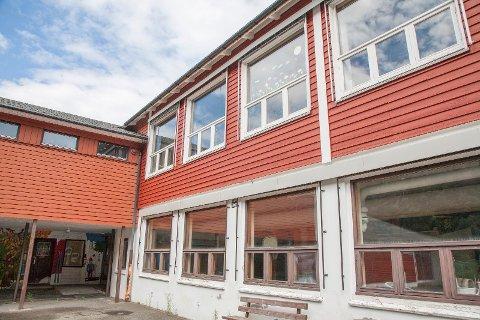 NY AKTIVITET?: Flekkefjord kommune, som eier grunnen, har hatt ansvaret for å håndtere salget av skolen i Åna-Sira. Nå er annonsen trukket tilbake i tre måneder.   Foto: