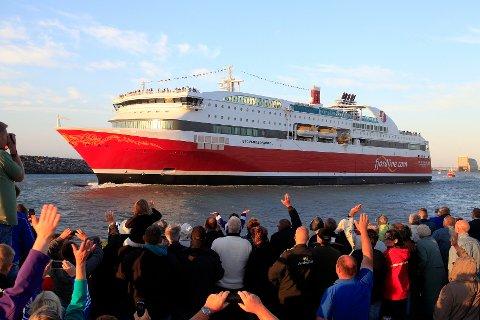 """MS """"Stavangerfjord"""" ble vinket av gårde fra Hirtshals i går kveld."""