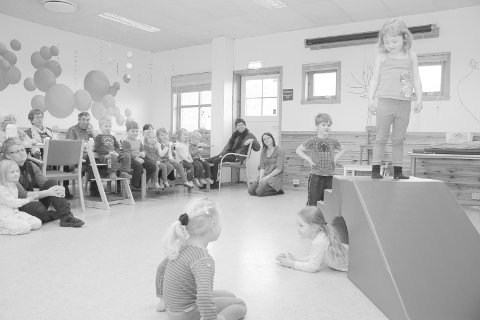 "Fra dramatiseringen av ""de tre bukkene bruse"". Foran på gulvet sitter Kristina Maria Christoffersen, på brua står Anny Helen Løyning, under brua ligger Elisabeth Skårland mens Johannes Maurits Urdal venter på tur."