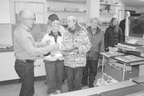 INTERESSERTE: Gjestene lyttet interessert til det redaktør Gunnar Kvassheim kunne fortelle fra besøket i DT-pakkeriet.