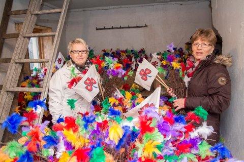 BARE HALVDELEN: Marit Carlsen og Marit Sirevåg med 600 fastelavnsris. I år har imidlertid Saniteten bare halvparten så mange ris å selge.