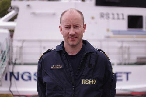 UTRYGT: Lars G. Solvik ved redningsskøyta i Egersund, oppfordrer folk til å få lys på båtene sine når de skal kjøre i mørket. Han forklarer at det kan være direkte farlig at andre ikke kan se en på sjøen i mørket.