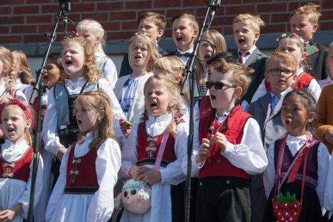 """17. mai i Bjerkreim, Vikeså skule  Skulekoret til Vikeså skule framførte både nasjonale songskattar og Ragnar Bjerkreim sin """"Så lenge hjertet banker""""."""